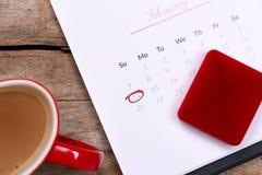 14-ое -го февраль на дате календаря Красная роза, сердца и подарок bo Стоковые Изображения RF