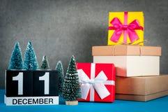 11-ое декабря День изображения 11 месяца в декабре, календаря на предпосылке рождества и Нового Года с подарками и немного Стоковые Изображения