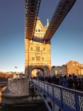 28-ое декабря 2017, Лондон, Англия - мост башни, который пересекает реку Темзу близко к башне Лондона Стоковые Фотографии RF