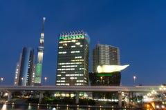 2-ое декабря 2016: Токио Япония: Здания вдоль рек Sumida стороны стоковое фото