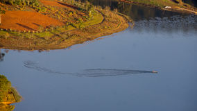 1-ое, декабрь 2016 - строка шлюпки litte на озере TuyenLam на бегстве Дуне Вьетнаме Dalat- Стоковое Фото