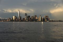 1-ое июля 2017, гавань Нью-Йорка, Нью-Йорк Более низкое Манхаттан увидено от гавани Нью-Йорка после грозы лета стоковые фотографии rf