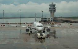 15-ое июля 2018 Международный аэропорт Макао Самолет на терминальном стробе готовом для взлета - современном international стоковые фото
