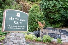 17-ОЕ ИЮЛЯ 2018 - ущелье Рекы Колумбия, ИЛИ: Знак на известные падения Multnomah в живописную местность стоковые фото