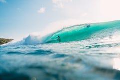 29-ОЕ ИЮЛЯ 2018 bali Индонесия Езда серфера на волне бочонка Профессиональный серфинг в океане на больших волнах стоковые фотографии rf