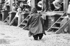 11-ОЕ ИЮЛЯ 2013 - GARANA, РУМЫНИЯ Сцены и люди сидя или идя на улицу в дождливом дне Стоковая Фотография RF