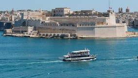 5-ое июня 2016 Валлетта, Мальта Гипер упущение вдоль побережья Валлетты при много плавая грузит акции видеоматериалы