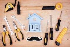 12-ое июня - День отца Мужская концепция Инструменты ремонта - молоток, отвертки, регулируемые ключи, плоскогубцы Лист белой бума стоковое фото