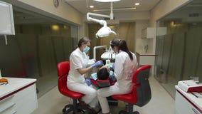 6-ое июня 2014, Донецк, Украина, элементы зубоврачебные Здоровье и зубоврачебная забота, женский дантист и ее ассистентская медсе акции видеоматериалы