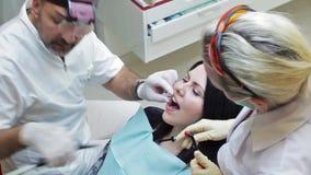 6-ое июня 2014, Донецк, Украина, элементы зубоврачебные Здравоохранение в зубоврачебной клинике, людях работая как дантист и меди видеоматериал
