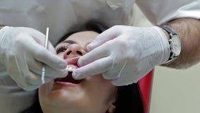 6-ое июня 2014, Донецк, Украина, элементы зубоврачебные Здравоохранение в зубоврачебной клинике, людях работая как дантист и меди акции видеоматериалы