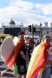 27-ое июня 2015: Лондон, Великобритания, неопознанный восторг людей полностью на гордости в параде Лондона на квадрате Trafalgar  стоковое фото