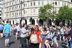 27-ое июня 2015: Лондон, Великобритания, неопознанный восторг людей полностью на гордости в параде Лондона на квадрате Trafalgar  стоковое изображение