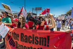 30-ОЕ ИЮНЯ 2018 - ЛОС-АНДЖЕЛЕС, КАЛИФОРНИЯ, США - держат семьи совместно протестуют март с подписывают в Лос-Анджелесе, Калифорни стоковое изображение rf