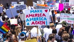 30-ОЕ ИЮНЯ 2018 - ЛОС-АНДЖЕЛЕС, КАЛИФОРНИЯ, США - держат семьи совместно протестуют март с подписывают в Лос-Анджелесе, Калифорни стоковые фотографии rf