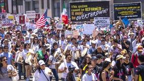 30-ОЕ ИЮНЯ 2018 - ЛОС-АНДЖЕЛЕС, КАЛИФОРНИЯ, США - держат семьи совместно протестуют март с подписывают в Лос-Анджелесе, Калифорни стоковые изображения rf