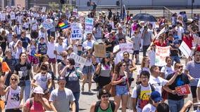 30-ОЕ ИЮНЯ 2018 - ЛОС-АНДЖЕЛЕС, КАЛИФОРНИЯ, США - держат семьи совместно протестуют март с подписывают в Лос-Анджелесе, Калифорни стоковое фото
