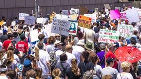 30-ОЕ ИЮНЯ 2018 - ЛОС-АНДЖЕЛЕС, КАЛИФОРНИЯ, США - держат семьи совместно протестуют март с подписывают в Лос-Анджелесе, Калифорни стоковая фотография rf