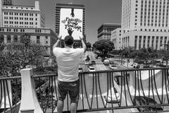 30-ОЕ ИЮНЯ 2018 - ЛОС-АНДЖЕЛЕС, КАЛИФОРНИЯ, США - держат семьи совместно протестуют март с подписывают в Лос-Анджелесе, Калифорни стоковое фото rf