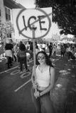 30-ОЕ ИЮНЯ 2018 - ЛОС-АНДЖЕЛЕС, КАЛИФОРНИЯ, США - держат семьи совместно протестуют март с подписывают в Лос-Анджелесе, Калифорни стоковые изображения