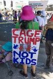 30-ОЕ ИЮНЯ 2018 - ЛОС-АНДЖЕЛЕС, КАЛИФОРНИЯ, США - держат семьи совместно протестуют март с подписывают в Лос-Анджелесе, Калифорни стоковые фото