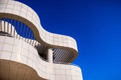 8-ое июня 2018 Лос-Анджелес/CA/США - архитектурноакустическая деталь одного из зданий в центре Getty конструированном Ричард Meie стоковые фотографии rf