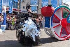 12-ое июня 2018, РОССИЯ, ВОРОНЕЖ: Парад уличных театров Международный Platonic фестиваль Стоковая Фотография RF