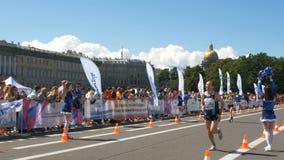 30-ое июня 2019 Санкт-Петербург: Счастливые люди бегут последние метры марафона, люди вокруг их поддерживают, аплодируют видеоматериал