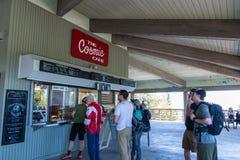 9-ое июня 2018 Mt Уилсон/CA/США - люди выровнялись вверх на космическом кафе поверх Mount Wilson, приказывая завтрак; San Gabriel стоковая фотография