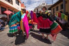17-ое июня 2017 Pujili, эквадор: индигенные танцоры женщин в brigt стоковое фото