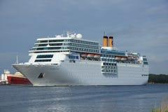 13-ое июня 2014 Velsen: Коста нео Romantica на канале Северного моря Стоковое Фото