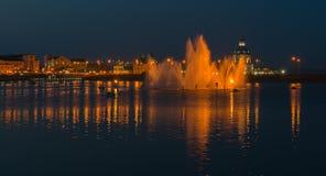 30-ое июля 2016 Фото залива Чебоксар с фонтаном на ноче Стоковое Изображение
