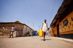 ½ 18-ое марта ¿ ï АККРА, ГАНЫ: Неопознанная африканская девушка идя к ca Стоковое Изображение RF