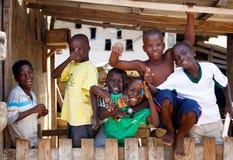 ½ 18-ое марта ¿ ï АККРА, ГАНЫ: Неопознанные африканские мальчики приветствуя к t Стоковые Изображения