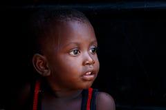 ½ 18-ое марта ¿ ï АККРА, ГАНЫ: Неопознанный молодой африканский мальчик с bri Стоковое Изображение