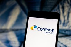 """10-ое марта 2019, Бразилия Логотип оператора мобильной связи с виртуальной сетью """"клетчатой почтой """"на экране мобильного устройст стоковая фотография"""