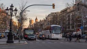 6-ОЕ МАРТА 2017 Видео промежутка времени Транспортный поток на улице Gracia, Барселоне сток-видео