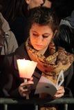 Девушка во время крестного пути предводительствуемого Папой Фрэнсисом i стоковая фотография rf