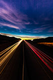 12-ое марта 2017, ЛАС-ВЕГАС, NV - исчерченные света на заходе солнца над межгосударственные 15, к югу от Лас-Вегас, Невада на зах Стоковое Изображение