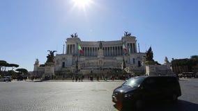 21-ое марта 2019: Памятник Италии Рима Vittorio Emanuele II, туристы на отклонениях к городу весной сток-видео