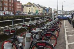 18-ое марта 2018 популярный кокс нул стоек найма велосипеда на набережной Мэтью отца в городе Ирландии пробочки Стоковое фото RF