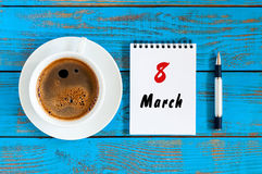 8-ое марта, сохраняет дату календарь календаря разрыва- на международный день ` s женщин, 8-ое марта на голубой таблице с утром Стоковая Фотография RF