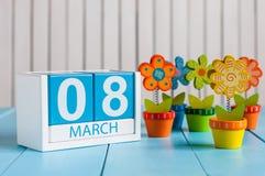 8-ое марта, сохраняет календарь блока даты голубой на Международный женский день, 8-ое марта, украшенный с цветком, ваза Стоковые Фото