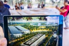 8-ое марта 2018 Cupertino/CA/США - люди в центре для посетителей парка Яблока в Кремниевой долине исследовать новое использование стоковое фото rf