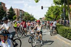 28-ОЕ МАЯ 2017, АЛЬКОБЕНДАС, ИСПАНИЯ: традиционный парад велосипеда стоковое изображение