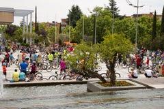 28-ОЕ МАЯ 2017, АЛЬКОБЕНДАС, ИСПАНИЯ: традиционный парад велосипеда Стоковые Фотографии RF
