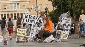 30-ое мая 2016 Афины, Греция Человек с греческим флагом и знамена протестуют в центре Афин видеоматериал