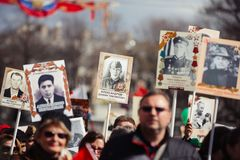 9-ое мая 2017, перспектива Nevsky, Санкт-Петербург, Россия Может 9 праздник, знаки действия бессмертного полка, толпы  стоковые фото