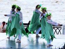 9-ое мая 2018 Izhevsk, Россия Девушки танцуя народные танцы на фестивале Стоковые Изображения RF