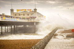 29-ое ноября 2015, Брайтон, Великобритания, шторм Desmond развевает разбивать под пристанью стоковые фото
